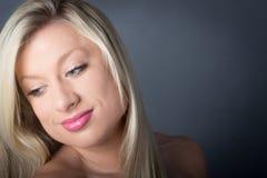 Die Schönheit, die mit grünen Augen lächeln blond ist unten Lizenzfreie Stockbilder