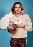 Die Schönheit, die weißen kleinen Osterhasen hält, aalte sich Eier Lizenzfreie Stockfotografie