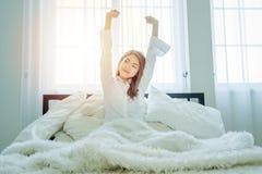 Die Schönheit, die ein weißes Hemd trägt, wachen auf stockfoto