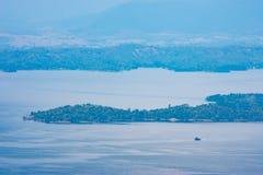 Die Schönheit innerhalb der Verdammung und des Hausbootes auf dem hellen Himmel lizenzfreie stockfotografie