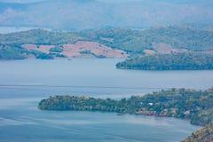Die Schönheit innerhalb der Verdammung und des Hausbootes auf dem hellen Himmel stockfotografie