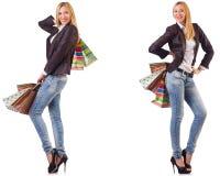 Die Schönheit mit den Einkaufstaschen lokalisiert auf Weiß stockfotografie