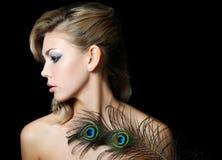 Die Schönheit mit Federn eines Pfaus Lizenzfreie Stockfotos