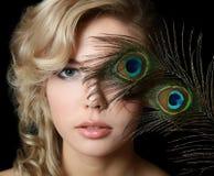 Die Schönheit mit Federn eines Pfaus Stockfotos