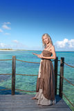 Die Schönheit schlägt vor, um im Meer zu schwimmen. Die Schönheit schlägt vor, um im sea.portrait gegen das tropische Meer zu schw Lizenzfreie Stockbilder