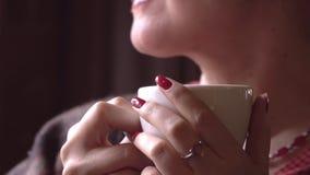 Die Schönheit sitzt im Café und trinkt Kaffee Dann isst die Frau Salat stock footage