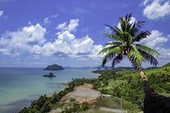 Die Schönheit von Kokosnussbäumen und von Inseln im Meer und im Himmel an Strand Sairee Sawee, Chumphon Thailand stockbild