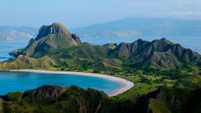 Die Schönheits-Strand-Landschaft von Padar-Insel vom Hügel Stockfotografie