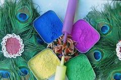 Die Schüssel der Farben und der Neigungen auf dem Holi festival-3 stockbild