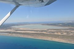 Die sch?ne nat?rliche ?berblicklandschaft Sumpfgebiet-Limassols Salt Lake in Zypern stockbild