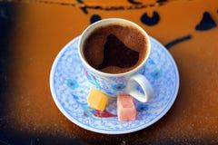 Die Schale des gewürzten türkischen Kaffees mit Bonbons stockbild