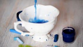 Die Schale ist gegossenes Blau farbiges Wasser Zeichnung, Kreativität stock footage