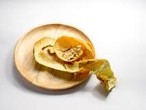 Die Schale und die Samen der Orange auf weißem Hintergrund Lizenzfreies Stockfoto