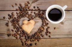 Die Schale von coffe und von Feldherzen von den Kaffeebohnen und von Koch zwei Stockbilder