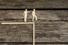 Die Schattenbildausschnittmänner, die neben einander als einer stehen, drückt Lizenzfreies Stockbild