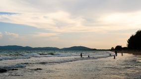 Die Schattenbilder von childern spielen am Strand am Abend stock video