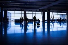 Die Schattenbilder von den Passagieren, die in das airport& x27 gehen; s, das L wartet Lizenzfreie Stockbilder