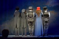 Die Schauspieler auf dem Stadium des Theaters stockbild