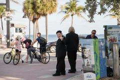 Die Schauspieler, die Trumpf und Kim Jong-Un spielen, halten ` gefälschtes Nachrichten ` Plakat Fort- Lauderdalestrand stockfotos
