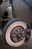 Die Scheibenbremse eines Autos machte sichtbar, indem sie des Rades nahm Stockbild