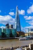 Die Scherbe, die über London auf Hintergrund des blauen Himmels, Großbritannien hochragt Stockfotos