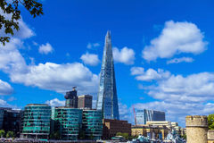 Die Scherbe, die über London auf Hintergrund des blauen Himmels, Großbritannien hochragt Lizenzfreie Stockfotos