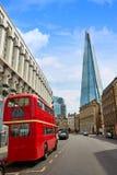 Die Scherbe und alte der London-Rot Bus Stockfoto