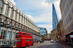 Die Scherbe und alte der London-Rot Bus Lizenzfreie Stockfotos