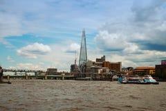 Die Scherbe und der Themse-Bus Lizenzfreie Stockfotografie