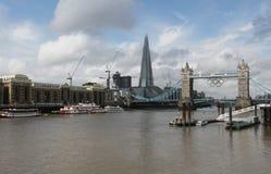 Die Scherbe und die Kontrollturm-Brücke mit olympischen Ringen Stockfotos