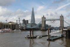Die Scherbe und die Kontrollturm-Brücke mit olympischen Ringen Stockfoto