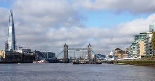 Die Scherbe und die Turmbrücke über der Themse in London Lizenzfreie Stockfotos