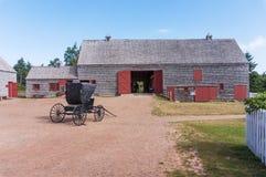 Die Scheune und der Wagen am grünen Giebelbauernhaus lizenzfreie stockbilder