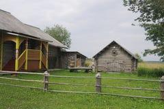 Die Scheune und ein Fragment eines Holzhauses Insel Valaam auf Ladooga See Lizenzfreie Stockfotos