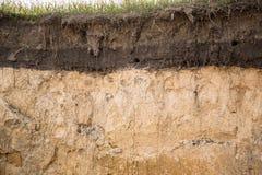 Die Schichten der Erde in einer Grube stockfotografie