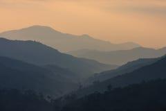 Die Schichten von Bergen zur Dämmerungszeit Lizenzfreies Stockfoto