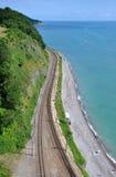 Die Schienen entlang dem Meer Lizenzfreie Stockfotos