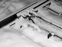 Die Schienen werden mit Schnee in einem Blizzard auf den Beteiligungen in der Schaffung eines Notfalls bedeckt Stockbilder