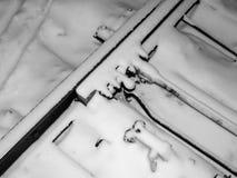 Die Schienen werden mit Schnee in einem Blizzard auf den Beteiligungen in der Schaffung eines Notfalls bedeckt Stockfotografie