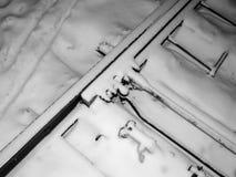 Die Schienen werden mit Schnee in einem Blizzard auf den Beteiligungen in der Schaffung eines Notfalls bedeckt Lizenzfreies Stockbild