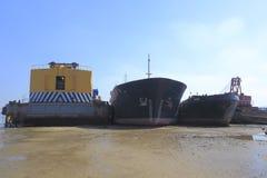 Die Schiffe angeschwemmt auf dem Ufer Lizenzfreie Stockfotografie