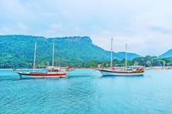 Die Schiffe im ruhigen Wasser Stockbild