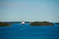 Die Schiffssegel im blauen Ozean Stockfoto