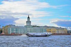 Die Schiffstragflügelboot Rakete schwimmt auf den Neva-Fluss auf dem backg Stockbild