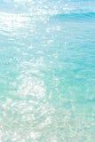 Die schimmernde Sonne scheint auf dem Meeresgrund Sand unter Trinkwasser Lizenzfreies Stockfoto