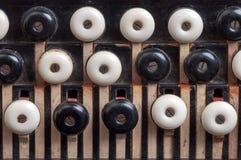 Die Schlüssel des alten Akkordeons Stockbilder