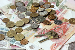 Die Schlüssel und das russische Geld auf Holztisch Rubel und Kopeken Lizenzfreie Stockfotos