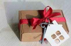 Die Schlüssel zu einem neuen Haus als Geschenk stockbild
