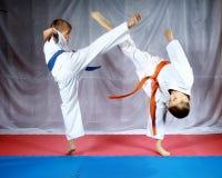 Die Schlagbeine, zum sich zu treffen schlagen Athleten im karategi stockbild