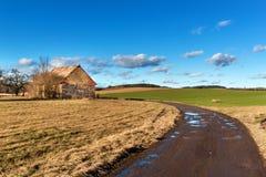 Die schlammige Straße in der Landschaft Landschaft der tschechischen Landschaft Ein sonniger Tag auf einem Bauernhof Stockfoto